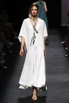 Marcos Luengo Madrid Frühjahr/Sommer 2020 - Fashion Shows 2020 Fashion Trends, Fashion Mode, Vogue Fashion, Fashion Week, Fashion 2020, Runway Fashion, Spring Fashion, Fashion Show, Fashion Design