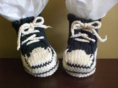Knitting Patterns Booties Converse Baby Booties by Crystal Breaux via Ravelry - Free pattern Baby Knitting Patterns, Knitting For Kids, Loom Knitting, Baby Patterns, Free Knitting, Knitting Projects, Doll Patterns, Baby Booties Free Pattern, Crochet Baby Booties