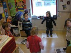 We speelden ook een spelletje met krantenpapier. We liepen rond de kranten en als de juf op de trom sloeg dan voerden we telkens een korte opdracht uit : op de krant staan, de krant op het hoofd, de krant rond je buik, ... Zo geraken de peuters op een leuke en speelse manier vertrouwd met de plaatsbegrippen. Op het einde verfrommelden we onze krant tot een propje die we in de papiermand gooiden.