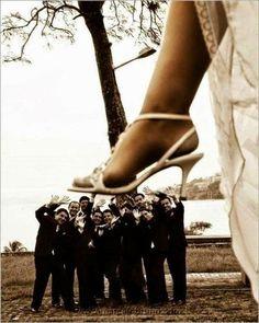 La novia aplastando a los padrinos - Divertidas ideas de fotos originales para la Boda