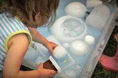 La banquise. Les blocs de glace sont fait à l'aide de contenants remplis d'eau blanche (water color) mis dans le congélateur. L'eau autour est ajoutée ensuite en y mélangeant de la couleur bleue. Pour que les enfants s'amusent j'y ai ajouté des petits animaux et des récipients. sensory bean - bac sensoriel - water - ice - iceberg