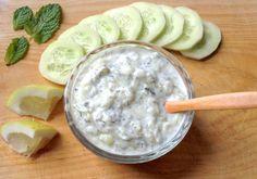 Salsa griega Tzatziki Ingredientes  1 pepino 2 yogures naturales 0% 1 diente de ajo 1 cucharadita de eneldo 4 hojitas de hierbabuena fresca Unas gotas de zumo de limón Un poco de sal Un poco de pimienta negra