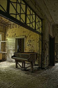 Lone Piano in an abandoned house in Germany Old Abandoned Buildings, Abandoned Mansions, Old Buildings, Abandoned Places, Grey Gardens, Haunted Places, Belle Photo, Old Houses, Beautiful Places