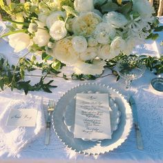 Scalloped plates, pearlescent #flatware and lush, wild #flowers complete this effortlessly spring-like and oh-so-romantic #placesetting. Repost: @charlestonstems