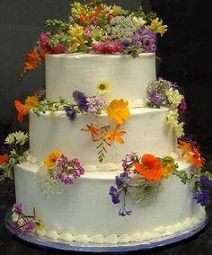 Wilde Blumen Hochzeitstorte.