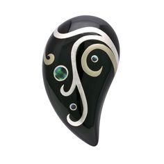 身につける漆 蒔絵のアクセサリー ブローチ 雫 プラチナ箔 黒色 坂本これくしょんの艶やかで美しくとても軽い「和木に漆塗りのアクセサリー」より、とても使いやすく存在感とボリュームのあるフォルムにプラチナ箔で蒔絵の ウェアラブル 蒔絵 アクセサリー wearable MAKIE accessories Brooch  drop Platinum black color つややかな漆黒が美しいフォルムに繊細かつモダンな躍動感ある蒔絵をプラチナ箔と錫粉の線で書き分け、螺鈿もオパールのような華やかさ、艶やかで温かみだけでなく涼しげな雰囲気も演出する手間をかけて丁寧につくられた一品。  #漆のアクセサリー #軽いアクセサリー #蒔絵アクセサリー #蒔絵のブローチ #漆のブローチ #Brooch #dropBrooch #platinumMAKIE #blackBrooch #プラチナ箔蒔絵 #ブローチ #雫蒔絵 #プラチナ箔蒔絵 #黒色 #wearable #ウェアラブル漆 #漆塗り #軽さを実感 #坂本これくしょん
