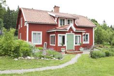 Keltainen talo rannalla: Maalaistunnelmaa