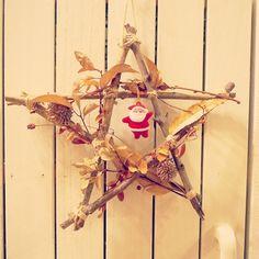 拾ってきた小枝や松ぼっくりや葉っぱで作ったリースです。