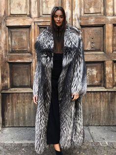 Dark Portrait, Winter Fur Coats, Fox Fur Coat, Fur Coat Outfit, Fashion Marketing, Vintage Fur, Fur Fashion, Fur Collars, Fur Jacket