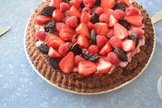 Opskrift: Chokoladekage med hindbærmousse og bær // mtotfls.dk