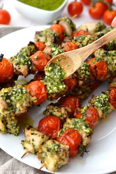 Pesto Chicken & Tomato Skewers - Projects to Try - Tomato Pesto Chicken, Grilled Pesto Chicken, Chicken Pesto Recipes, Healthy Cooking, Healthy Eating, Healthy Recipes, Free Recipes, Chicken Bites, Mediterranean Recipes