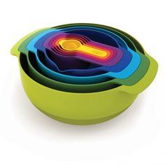 Nos encanta este set de 9 utensilios de cocina(recipientes para mezclar, cucharas de medir, coladores), son fáciles de guardar ocupando poco espacio.