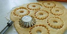 Быстрое песочное тесто-needs translation, but I like the method of cutting. Biscuit Cookies, Yummy Cookies, Cake Cookies, Cupcakes, Russian Desserts, Russian Recipes, Pie Recipes, Cookie Recipes, Dessert Recipes