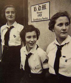 A look at the League of German Girls aka Band of German Maidens (Bund Deutscher Mädel). German Women, German Girls, Ww2 History, Military History, Aryan Race, History Of Germany, New York Socialites, Ww2 Women, Ww2 Propaganda