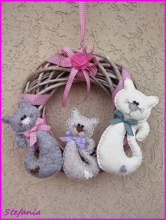 L'Angolo di Stefania: Tre micetti sulla ghirlanda Felt Fabric, Fabric Dolls, Toy Craft, Craft Gifts, Cat Crafts, Diy And Crafts, Felt Material, Christmas Crafts, Christmas Ornaments