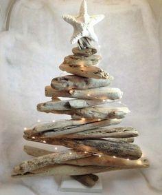 Un petit sapin de Noël à fabriquer avec du bois flotté - on peut également y ajouter une mini guirlande lumineuse