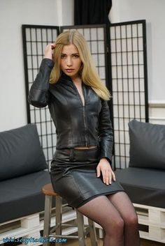 pencil skirt and tshirt outfit Tight Leather Pants, Black Leather Skirts, Leather Leggings, Red Leather, Katie Melua, Looks Pinterest, Leder Outfits, Kelly Ripa, Foto Pose