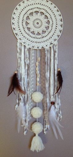 Attrape-rêve, dreamcatcher pour chambre d'enfant ou autre pièce Lace Dream Catchers, Dream Catcher Mobile, Dream Catcher Craft, Dream Catcher Boho, Dreamcatcher Crochet, Boho Room, Diy Crochet, Mobiles, Crochet Projects