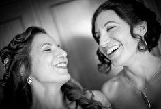 La novia y su hermana en un momento divertido / The bride and her sister in a fun moment #novia #peinados #risas #foto #blancoynegro #divertido #familia #fun #bridal #wedding #sister