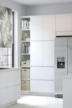 moderne k che mit k cheninsel mit wei en veddinge fronten. Black Bedroom Furniture Sets. Home Design Ideas