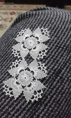 This Pin was discovered by Bey Needle Tatting, Needle Lace, Bobbin Lace, Filet Crochet, Crochet Motif, Irish Crochet, Bead Sewing, Sewing Art, Crochet Dollies