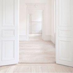 Slipa och vaxa golven i samma nyans - trots olika sorters golv! Här är både plankgolv och parkett behandlat. Så in i bänken snyggt! Kliar det inte i era inredarfingrar när ni ser dessa nyvaxade golv och nymålade väggar - redo för möbler och piff!?
