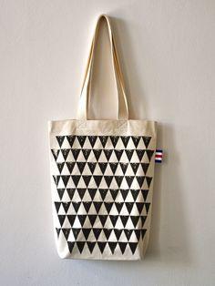 Taška Vel.S / Brambora geomteric / Paragraph Plátěná taška z přírodního materiálu od regionálního dodavatele. Ručně vyrobené tašky jsou ušité z velmi kvalitního, silného 100% bavlněného plátna, geometrické motivy jsou ručně tištěné bramborovými razítky kvalitní textilní barvou, dají se prát na 40 C a žehlit z lícu, ideální na nákup, do města, na pláž, nebo ...