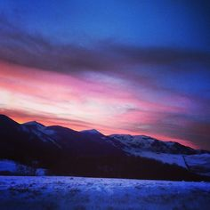 With this sunset, would do you like to come to Abruzzo this weekend? photo by Gloria Di Vincenzo Ski Slopes, Skiing, Places To Visit, Italy, Mountains, Sunset, Park, Beach, Travel