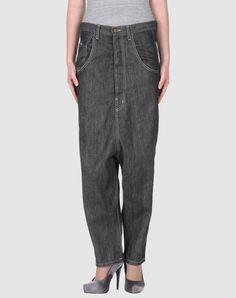 Was man alles mit Jeans anstellen kann... Muss aber wirklich nicht sein.Die ist ideal, wenn der Abstand zwischen deinem Bauchnabel und deinen Knien in Meter statt in Zentimeter gemessen werden kann.