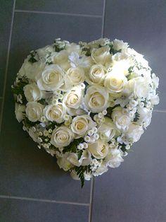 coussin coeur deuil - roses blanches / matricaire - Des Fleurs à la Maison !