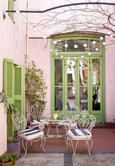 extreme patio envy wrought iron chairs that green from the seventies // via casa chaucha Modern House Design, Modern Interior Design, Interior Design Living Room, Living Room Designs, Interior Decorating, Home Modern, Decorating Ideas, Wrought Iron Chairs, Patio Interior