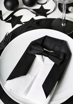 Folding napkins - interesting ideas and napkin technology for festive table decorations napkin-falten_coole-idea-for-modern-tischdeko-in-black-with-Smoking napkins Wedding Table Settings, Place Settings, New Years Party, New Years Eve, Napkin Folding, Decoration Table, Holidays And Events, Tablescapes, Black And White