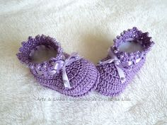Sapatinho de Crochê Isa Lilás  Encomendas personalizadas whatsapp 62 98146.4188 email artelinharj@gmail.com Instagram: @croche_artelinha www.elo7.com.br/crocheartelinha