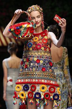 The complete Dolce & Gabbana Spring 2016 Ready-to-Wear fashion show now on Vogue Runway. Couture Mode, Haute Couture Style, Couture Fashion, Runway Fashion, High Fashion, Fashion Show, Fashion Trends, Milan Fashion, Fashion Bags