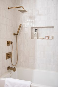 Home Remodel Interior Favorites from the Fall One Room Challenge - The Identit Collective.Home Remodel Interior Favorites from the Fall One Room Challenge - The Identit Collective Bad Inspiration, Decoration Inspiration, Bathroom Inspiration, Decor Ideas, Decoration Pictures, Diy Ideas, White Subway Tile Bathroom, Small Bathroom, Bathroom Ideas