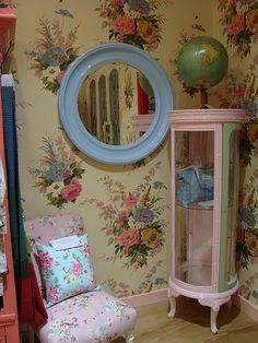 Cath Kidston shop - pretty wallpaper, chair and circular display case. Vintage Shabby Chic, Vintage Floral, Vintage Decor, Shabby Chic Decor, Trendy Wallpaper, Of Wallpaper, Bedroom Wallpaper, Cath Kidston Shop, Cath Kidston Kitchen