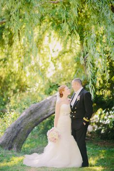 For Dawn and Per's Seattle wedding, we ventured to The Arboretum and found this incredible spot and bend in the tree. Photos by Clane Gessel Photography | #weddings #photography #seattle #outdoorweddings