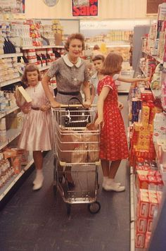 At Nixon, Wife Of VP, Grocery Shopping With Her Daughters Julie And Tricia, 1958 - Kindheit - Einkaufen Diy Vintage, Vintage Stil, Vintage Love, Vintage Ads, Vintage Clocks, Vintage Vibes, 1950s Aesthetic, Aesthetic Vintage, Aesthetic Art