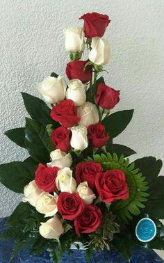 ~ Arreglo floral rojo y blanco Valentine Flower Arrangements, Church Flower Arrangements, Beautiful Flower Arrangements, Silk Flower Arrangements, Altar Flowers, Church Flowers, Funeral Flowers, Ikebana, Exotic Flowers