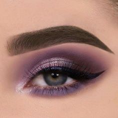 Now the eyeliner can almost become the protagonist of an eye makeup, even on the one hand, pulling out the strong and exaggerated eyeliner, it can almost be said to complete of the eye makeup. Purple Eye Makeup, Purple Eyeshadow, Eyeshadow Looks, Skin Makeup, Makeup Eyeshadow, Eyeshadow Palette, Make Up Color, Lila Palette, Nabla Cosmetics