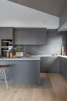 Grey kitchen ideas brings an excellent breakthrough idea in designing our kitchen. Grey kitchen color will make our kitchen look expensive and luxury. Modern Grey Kitchen, Grey Kitchen Designs, Grey Kitchens, Minimalist Kitchen, Modern Kitchen Design, Interior Design Kitchen, Kitchen Black, Cottage Kitchens, Modern Kitchens