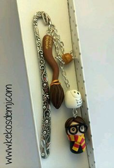 Marcapáginas Harry Potter / Harry Potter Bookmark por KekosdeMJ, love it Bijoux Harry Potter, Deco Harry Potter, Harry Potter Bookmark, Harry Potter Items, Harry Potter Images, Polymer Clay Projects, Polymer Clay Charms, Polymer Clay Creations, Polymer Clay Jewelry