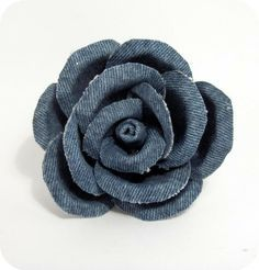 Tutorial & creative recycling: rose made of jeans! would be great on a hair clip. Tutorial & creative recycling: rose made of jeans! would be great on a hair clip. Denim Flowers, Cloth Flowers, Fabric Flowers, Diy Fleur, Recycling, Fabric Flower Tutorial, Rose Tutorial, Denim And Diamonds, Recycle Jeans