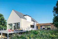 Właściciele nieruchomości, jak i architekci postawili na naturalność i prostotę - zarówno jeśli chodzi o bryłę domu, jak i jego otoczenie