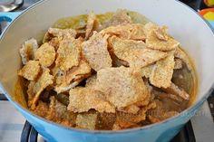Cocinando chicharrones al chile pasilla en cocotte Le Creuset #mexicanfood #cocinamexicana; por Madeleine Cocina