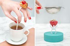 本物のお菓子や果物を使った可愛い3Dプリントの指輪が誕生致しました! 「Laser Cut Ring」と名付けられたこちらのアイテムは、指にはめたリングに、お菓子を挟んだり、フルーツを刺したりすることで、そのまま指輪として利用できるというアイデア商品です。 かわいい! それに、誰でも簡単に制作できるDIYアイテムですね! こちらのリングは、イタリアの雑誌「CASAfacile」と、デザインブランド「Tour De Fork」により、共同で開発されました! 3Dプリンター&レーザーカット用のデータは、「CASAfacile」のサイトから誰でも無料ダウンロードできます! (2015/2/16 現在、データの配布は一時中断しているようです。) 突き刺すタイプのリングや挟むタイプのリングなど、データは全部で5パターン! デザインに飽きれば、そのまま食べて変更することもできます。 突然の空腹にも安心のこの商品! こういうおもしろいDIY商品が増えれば、3Dプリンターの普及にも繋がるかもしれませんね! 3Dayプリンター 3Dが3日で目の前に。 業界最速クラス3Dプリントサービスです。…