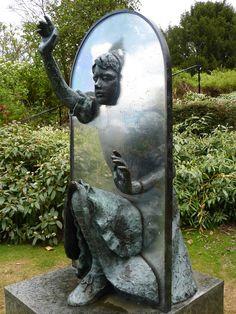 Alicia a través del espejo, escultura en Guildford Castle (Surrey). Foto: Stuart Chalmers.