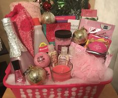Pretty in Pink Basket – Gift Basket Ideas Christmas Tree Toy, Christmas Wreaths To Make, Little Christmas Trees, Large Christmas Baubles, Colorful Christmas Tree, Christmas Tree Toppers, How To Make Ornaments, How To Make Wreaths, Valentines Day Baskets