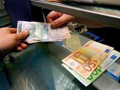 """Međunarodni ekonomski portal """"Blumberg"""" svrstao je srpski dinar na četvrto mesto najgorih svetskih valuta, a domaći ekonomisti tvrde da je dinar slab zbog privrede koja je u katastrofalnom stanju"""