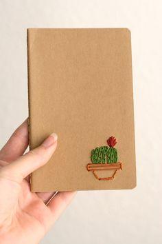 Este cactus barril es bordadas con un vibrante verde kelly, con una floración roja en la cima. Mantenerse organizado sólo llegó a ser un poco más divertido con este cuaderno bordado de mano. Un tamaño perfecto para caber en el bolso, listo para llenar con sus dibujos y listas. Cuaderno: 3.5 x 5.5 pulgadas Páginas: 64 Encontrar más aquí: https://www.etsy.com/shop/PoppyandFern?section_id=14287899